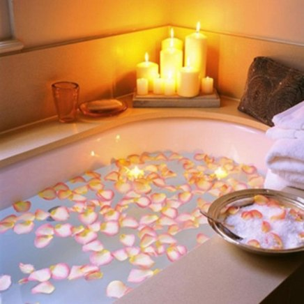 suprising-valentines-day-bathroom-design-with-flower-on-bathtub-and-candles-on-the-corner